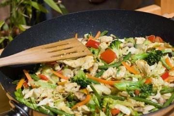 עוף מוקפץ עם ירקות